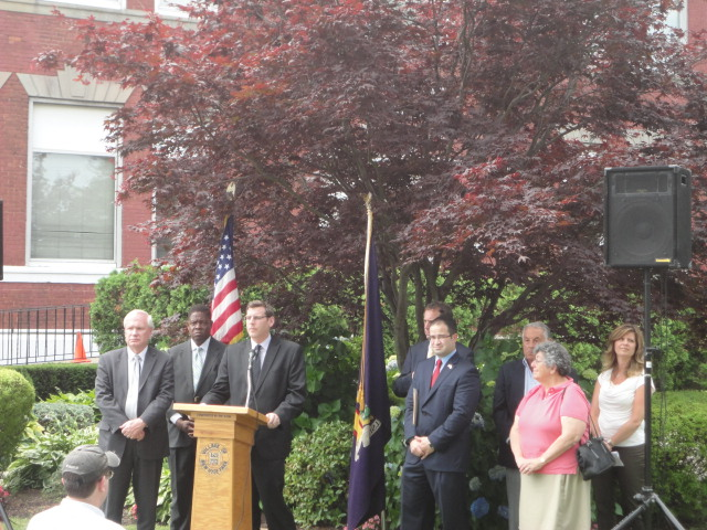 On June 26, 2013, Assemblyman Braunstein joined Senator Avella, Assemblyman Ra, and community leaders to announce the passage of A.7696, a bill which would authorize the Port Authority to study whether the increase in aircraft noise over Queens and Long Island is having a detrimental effect on residents.