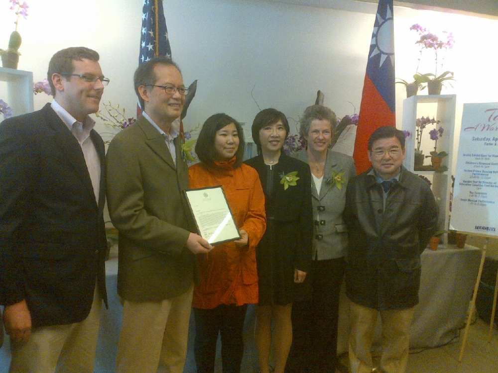"On April 5, 2014, Assemblyman Braunstein attended the Queens Botanical Garden's ""Taiwan: A World of Orchids"" display, presented in conjunction with the Taipei Economic and Cultural Office, with Congresswoman Grace Meng and Council Member Peter Koo."