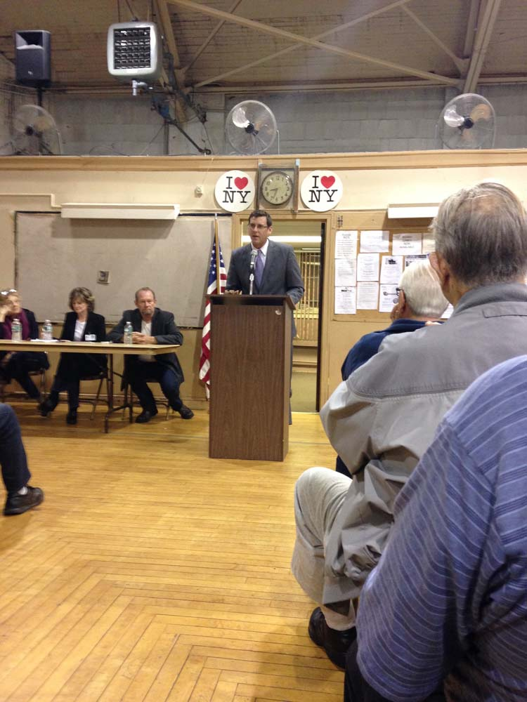 Assemblyman Braunstein spoke at the Greater Whitestone Taxpayers Civic Association meeting.