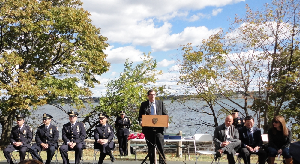 On October 17, 2015, Assemblyman Braunstein honored the officers of the 109th Precinct at its annual Medal Day with Council Members Paul Vallone and Peter Koo.