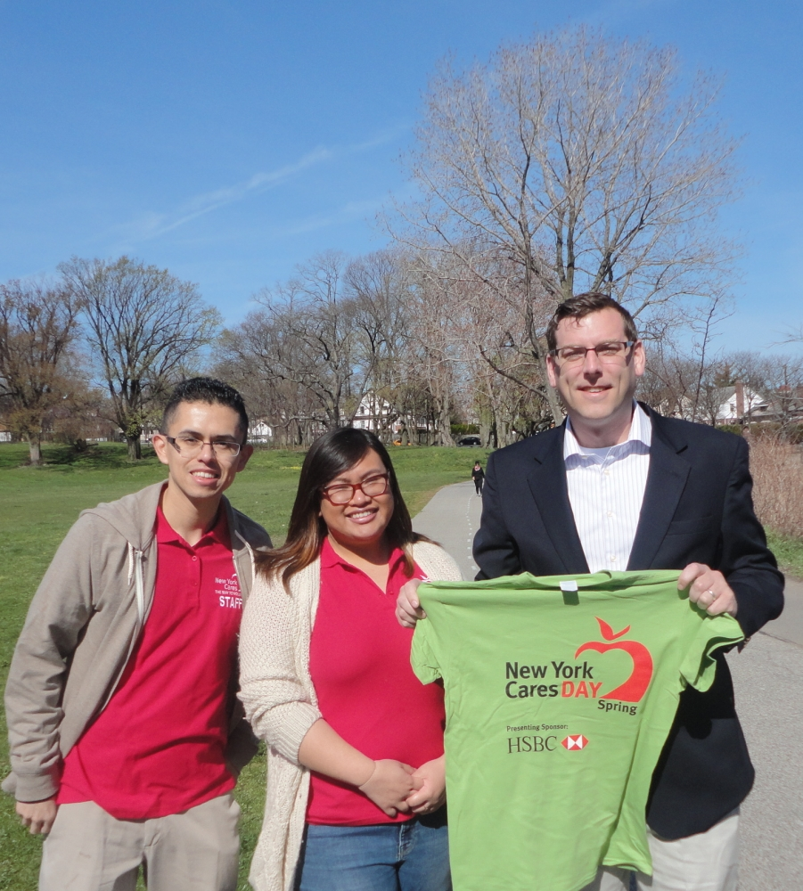 On April 16, 2016, Assemblyman Braunstein attended the 22nd Annual New York Cares Day Spring cleanup at Little Bay Park.