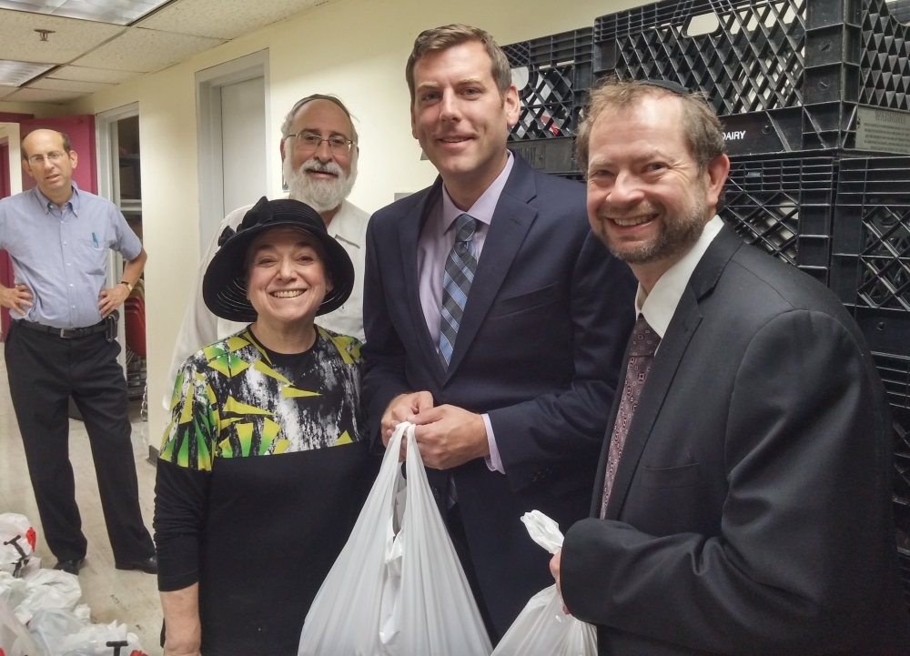 On September 25, 2016, Assemblyman Braunstein joined the Queens Jewish Community Council at its food distribution for Rosh Hashanah.<br />