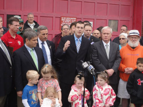 On Sunday, May 22, 2011, Assemblyman Braunstein and Senator Tony Avella addressed a large crowd, which included elected officials, civic leaders and union representatives, about Mayor Bloomberg's outrageous proposal to close 20 firehouses including Engine 306 in Bayside.