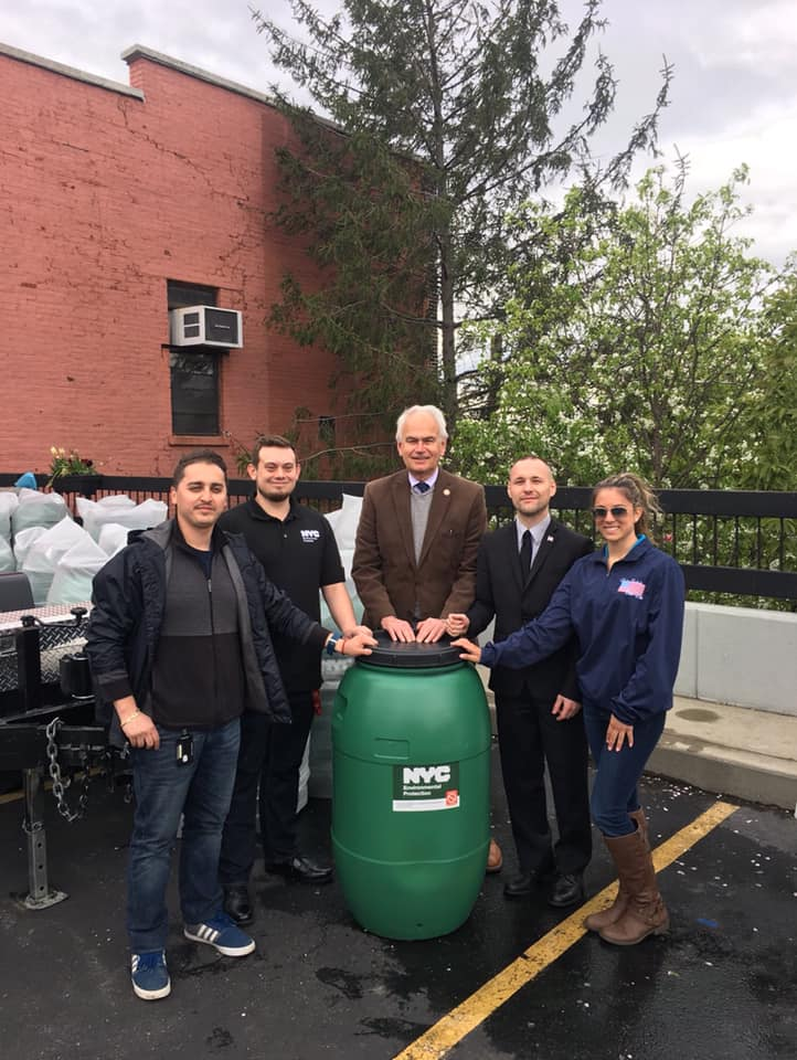 It was a great time joining my colleagues in government to provide free rain barrels to those in the community. Saving water is important.