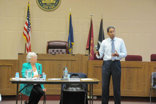 Sandy is joined by New York State Commissioner of Taxation and Finance Thomas Mattox in her district at a forum where they discussed a variety of issues related to taxation in New York including reductions for 99% of those paying state income taxes.