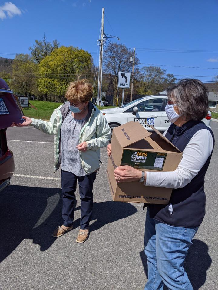 May 12, 2020 – Assemblywoman Lupardo helps distribute hand sanitizer to Broome County farmers.